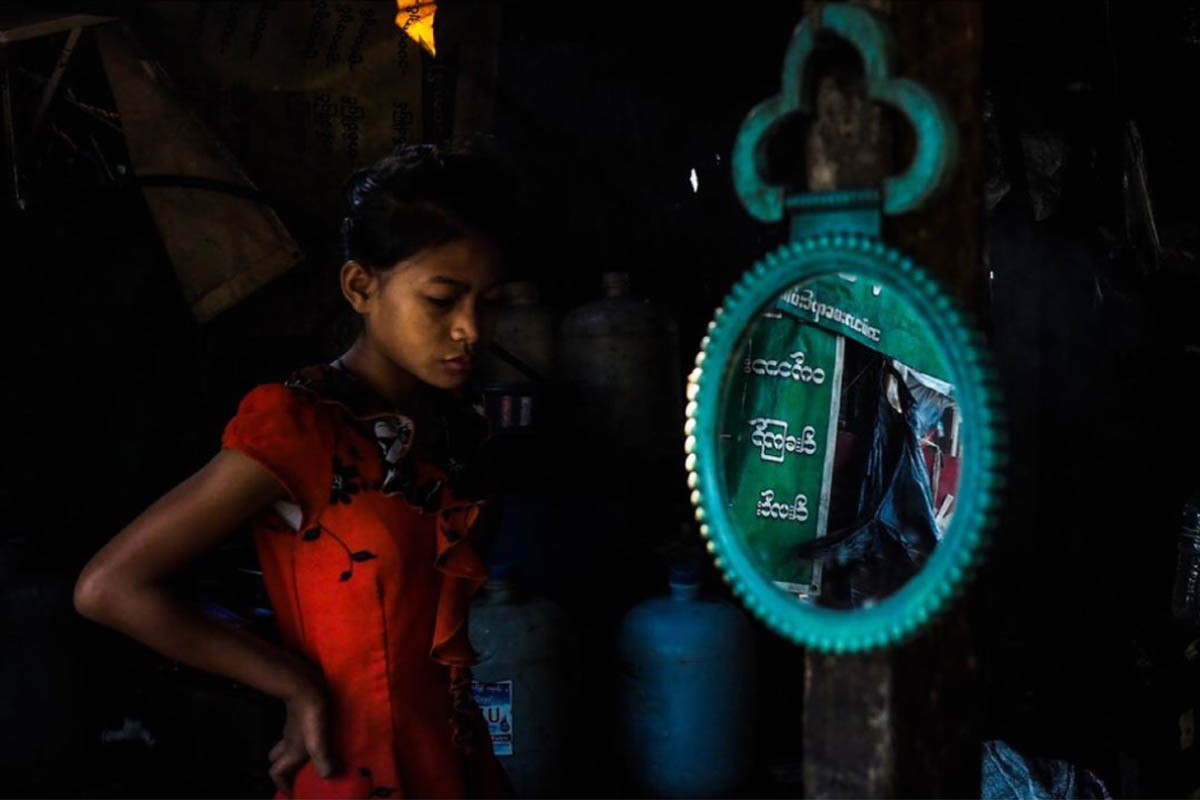 011_myanmar_yangon_street_photography_workshop_2018_andrea_torrei_girl_market