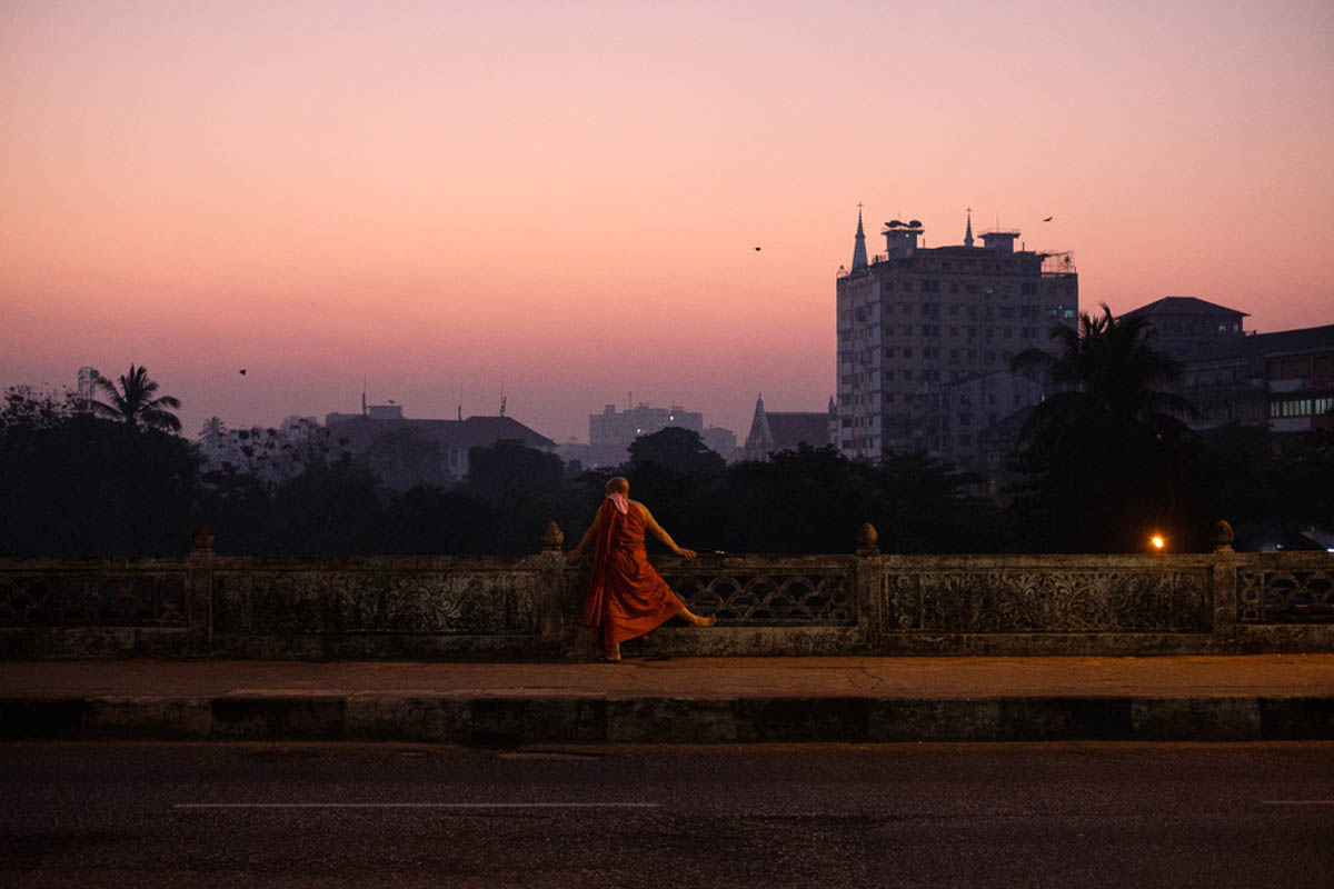 014_yangon_myanmar_street_photography_workshop_regula_tschumi_monk
