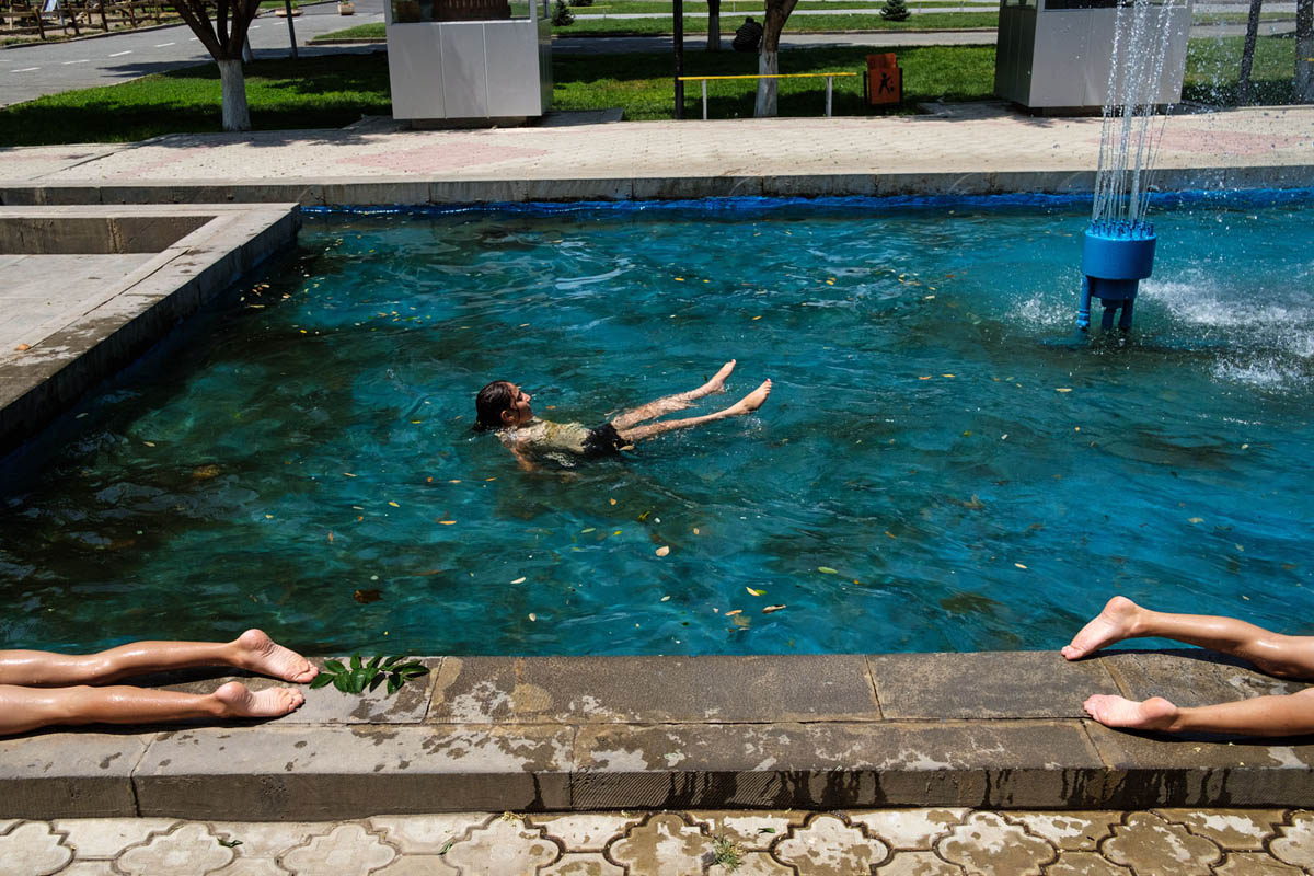 armenia_echmiadzin_Ejmiatsin_Vagharshapat_street_photography_people_children_park_pool_fountain_summer