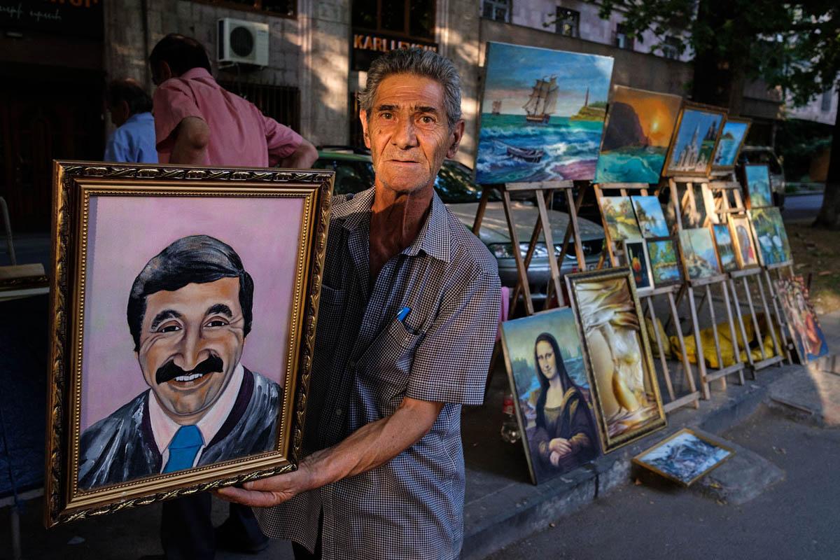 armenia_yerevan_city_people_antique_sunday_market_vernissage_painter_paintings