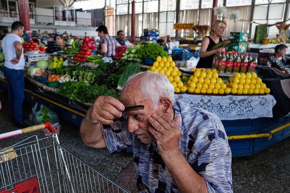 armenia_yerevan_city_people_gum_market_man_comb
