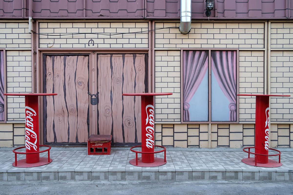 armenia_yerevan_city_street_restaurant_coca_cola