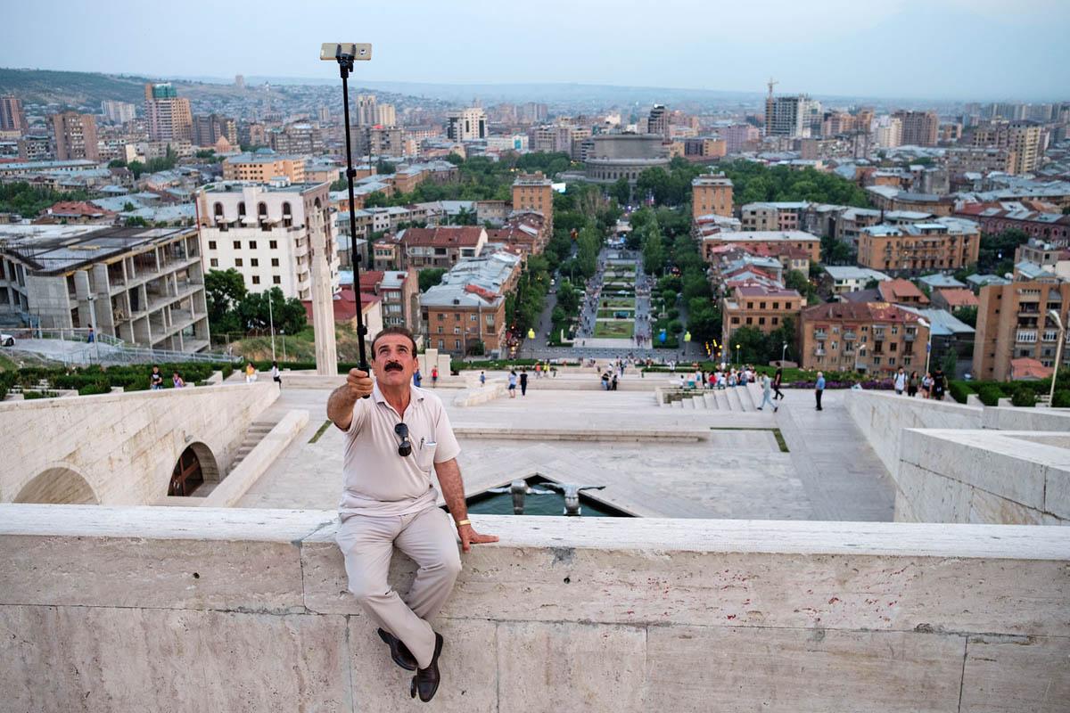 armenia_yerevan_city_tourism_tourist_cascade_stairway_selfie_phone