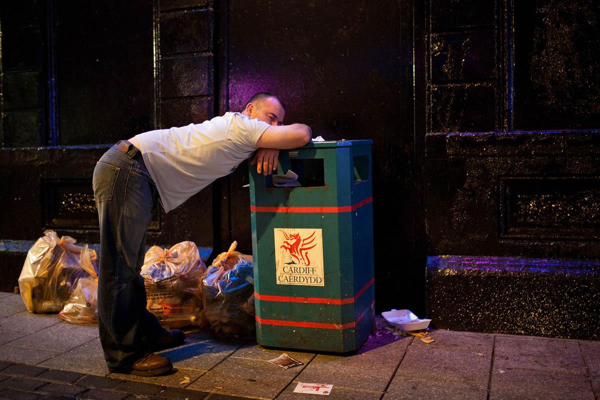 maciej_dakowicz_cardiff_after_dark_night_caroline_street_bin_man_asleep