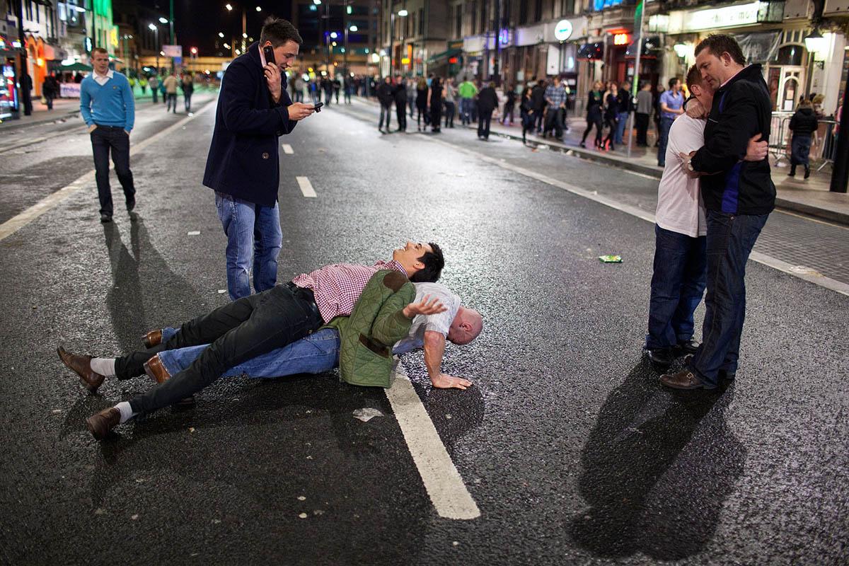 maciej_dakowicz_cardiff_after_dark_night_people_street_photography_moment