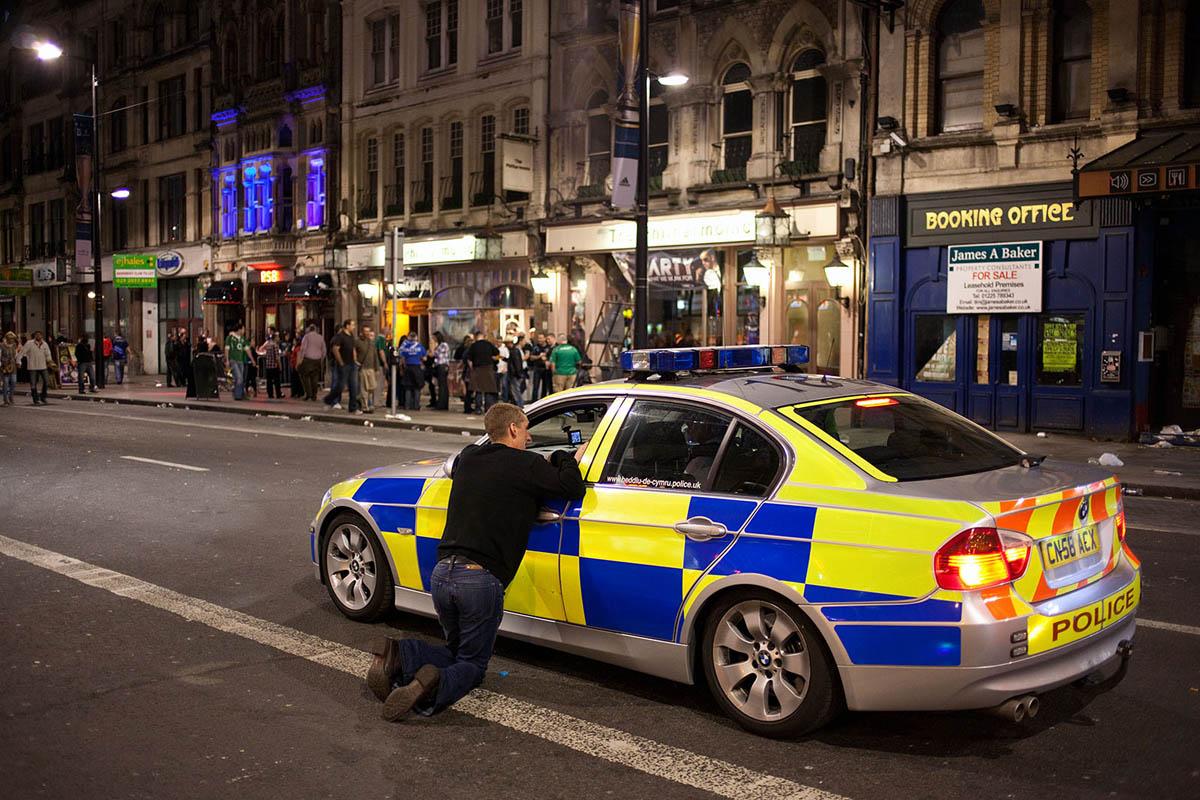 maciej_dakowicz_cardiff_after_dark_night_street_police_car