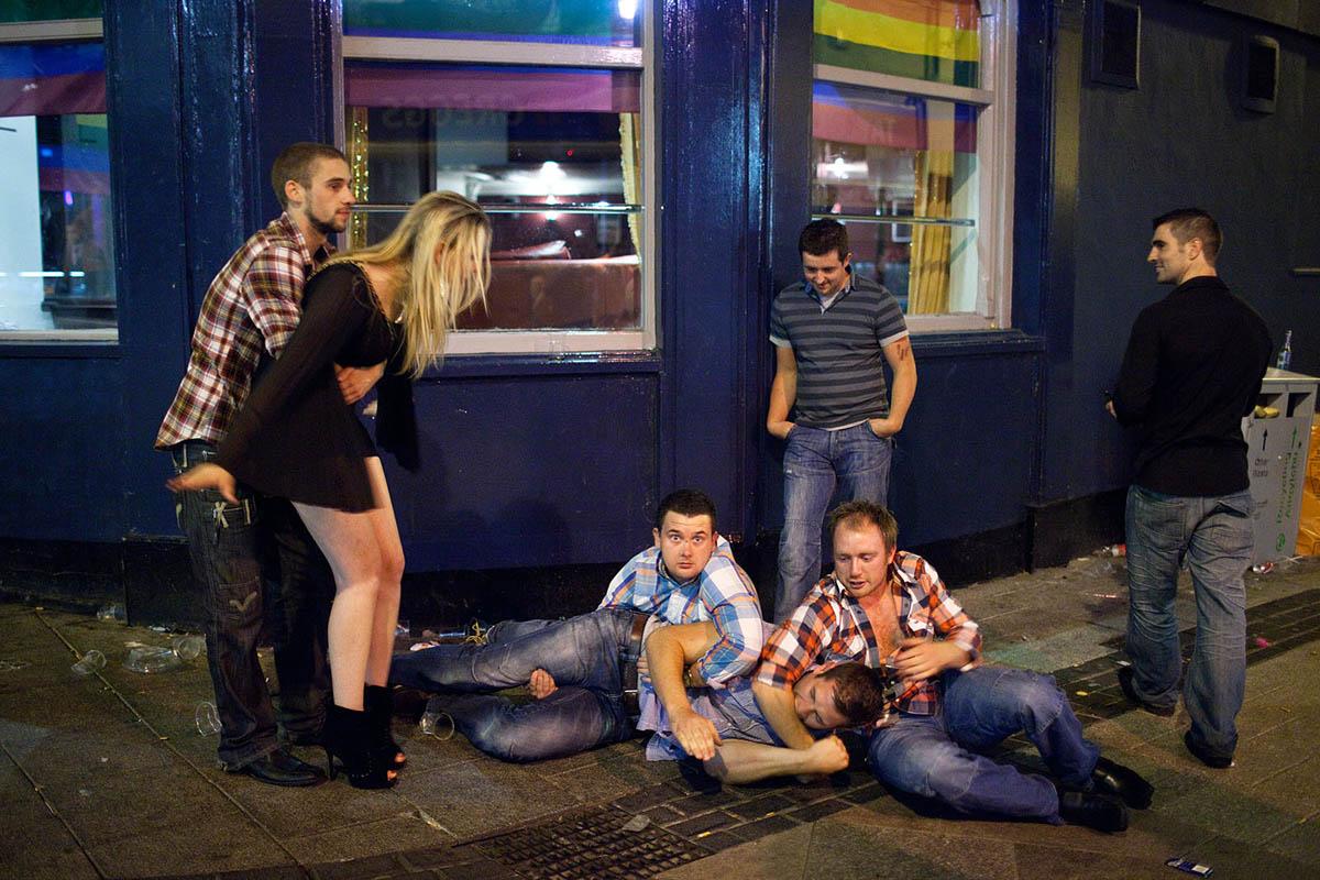 maciej_dakowicz_cardiff_after_dark_street_photography_caroline_street_fight_night