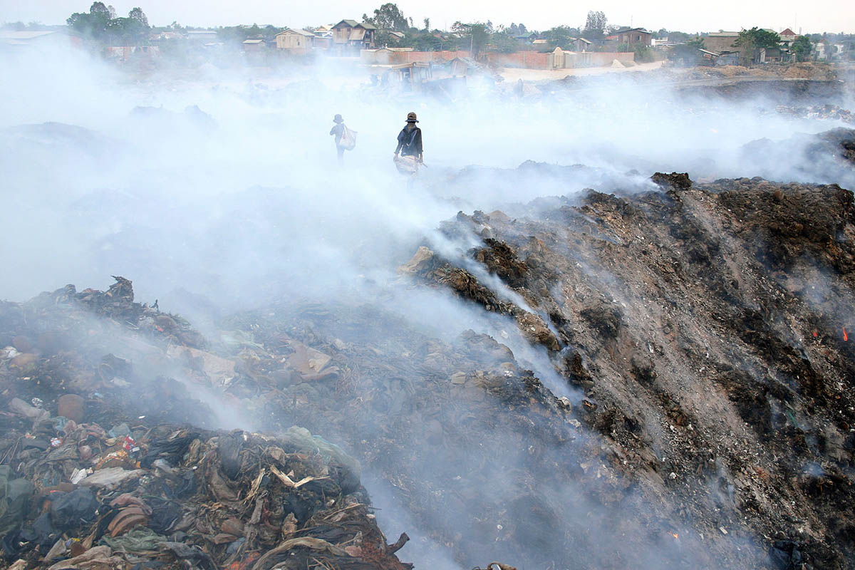 asia_cambodia_phnom_penh_stung_meanchey_garbage_dump_landfill_waste_smoke_children_environment