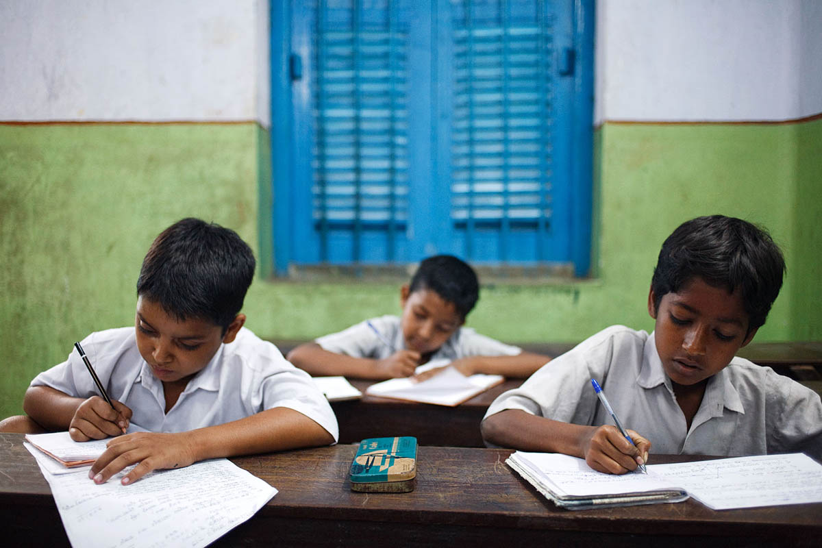 asia_india_kolkata_ngo_hope_foundation_children_school_boys_classroom_lesson