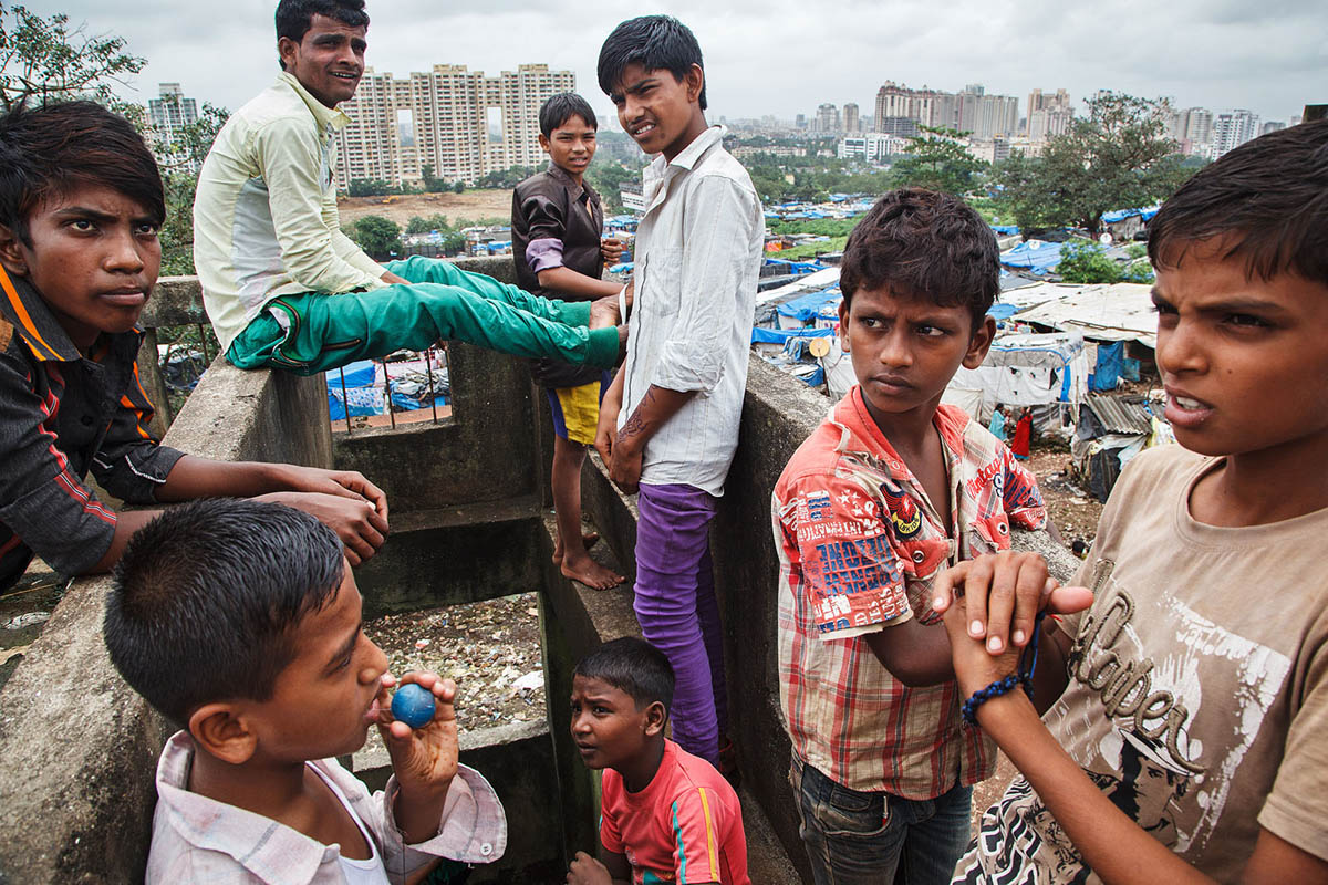 india_mumbai_kandivali_damu_nagar_slum_children_teenagers_young_people