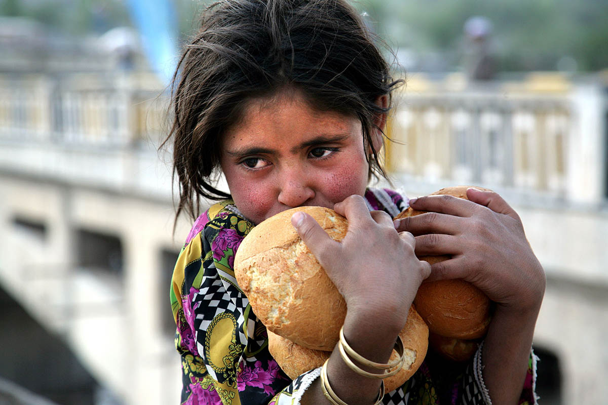 pakistan_kashmir_balakot_earthquake_children_food_bread