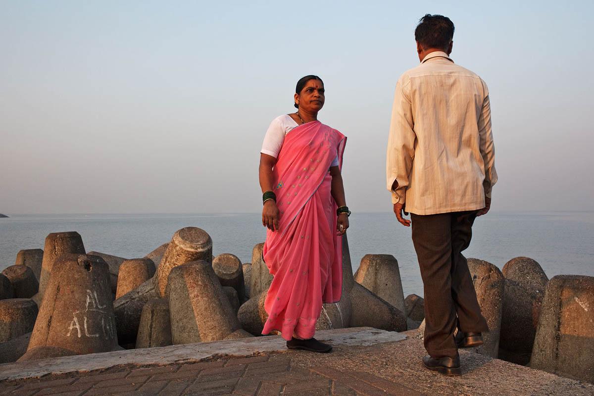 india_mumbai_marina_drive_morning_exercise_couple