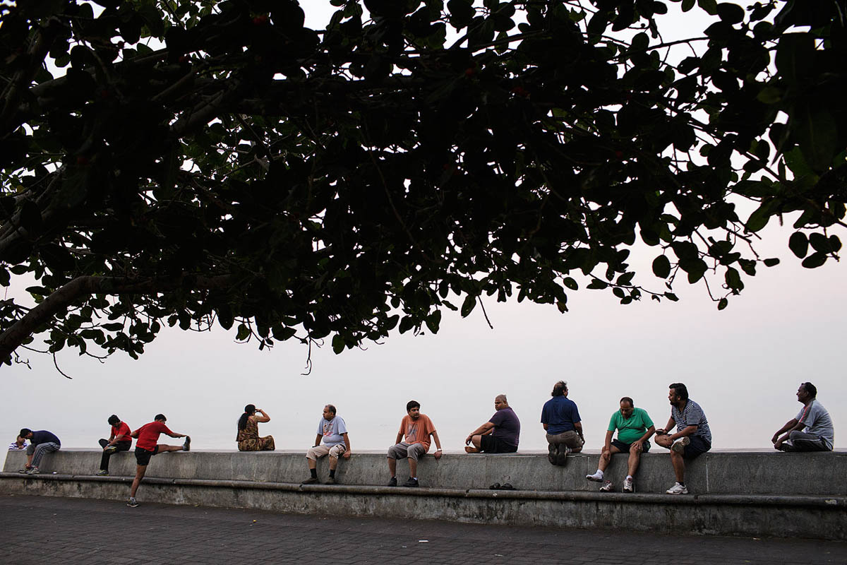 india_mumbai_nariman_point_marine_drive_morning_exercise_bombay_people