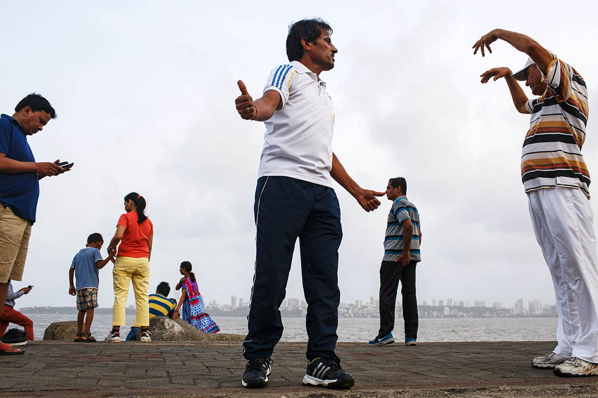 india_mumbai_nariman_point_marine_drive_morning_exercising_exercise_bombay_fit_fitness_yoga_people