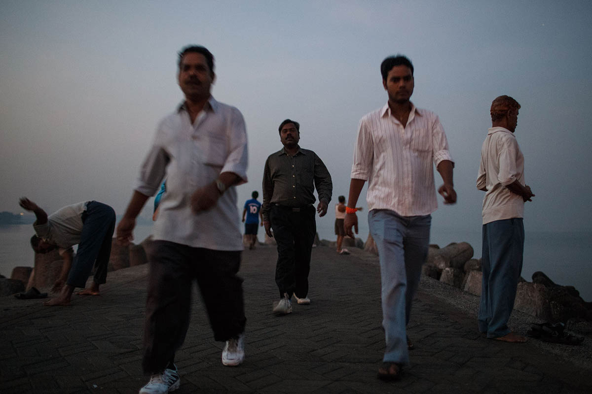 india_mumbai_nariman_point_marine_drive_sea_promenade_morning_exercise_sunrise_people_exercising