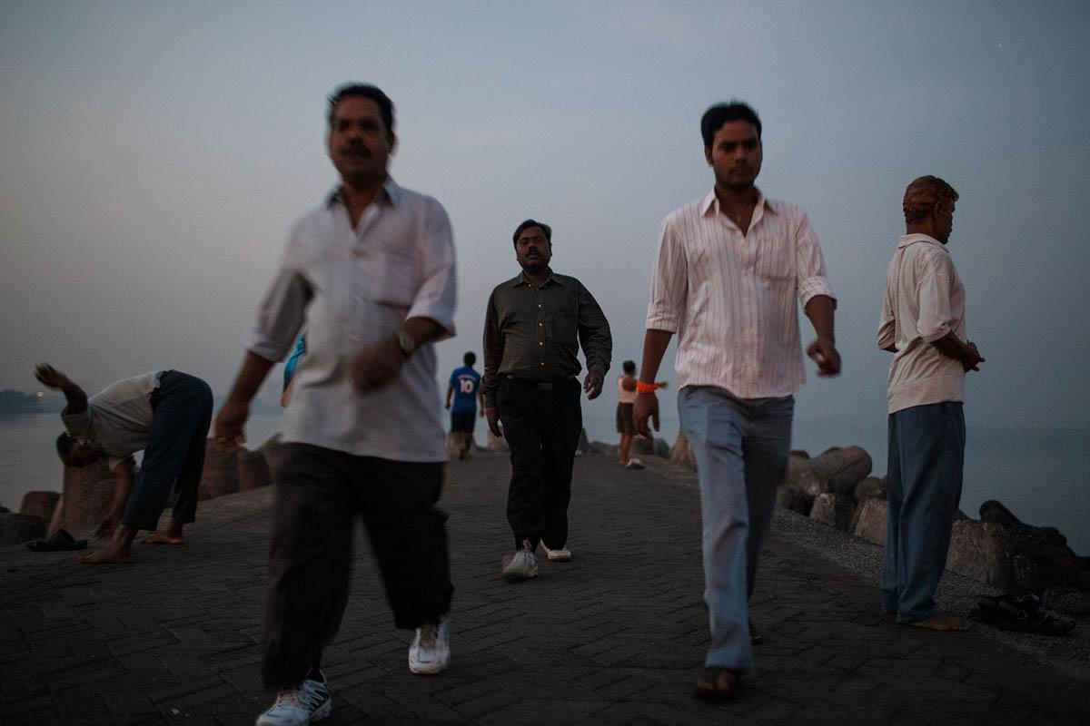 india_mumbai_nariman_point_marine_drive_sea_promenade_morning_exercise_sunrise_people_exercising