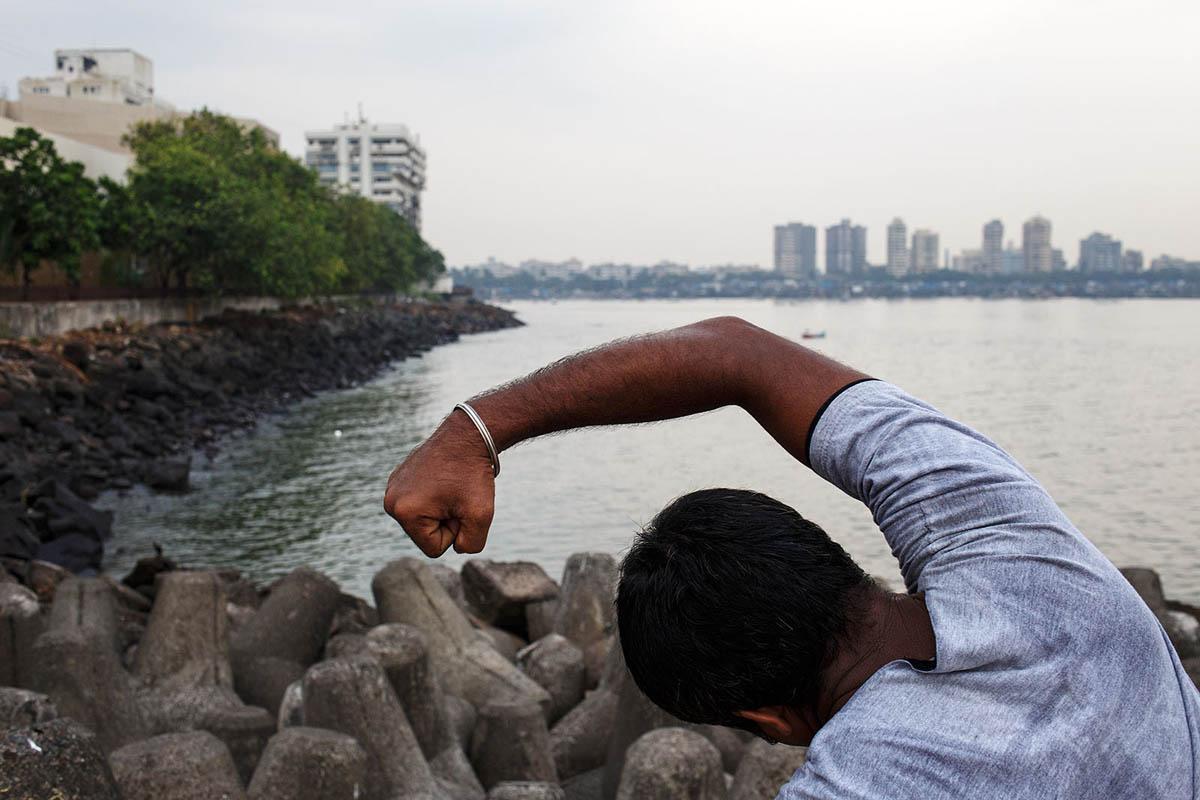 india_mumbai_nariman_point_marine_drive_sea_promenade_morning_exercising_exercise