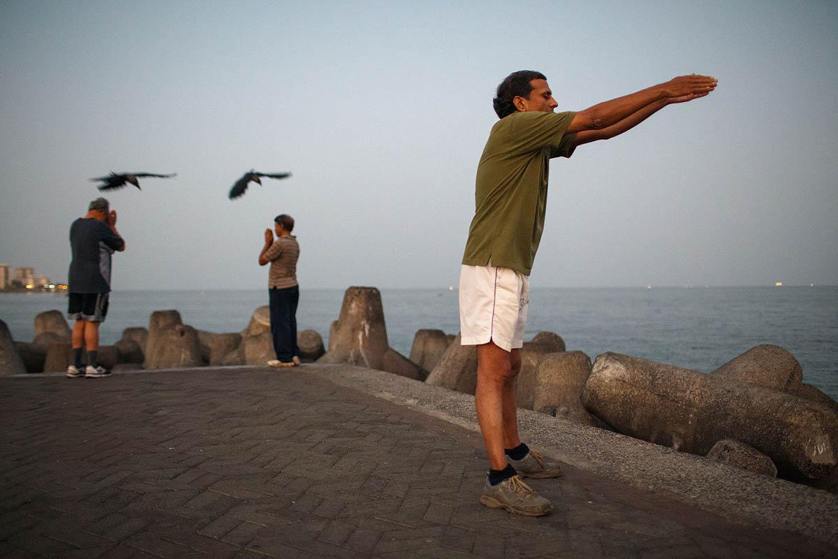 india_mumbai_nariman_point_marine_drive_sea_promenade_morning_exercising_exercise_bombay_crows