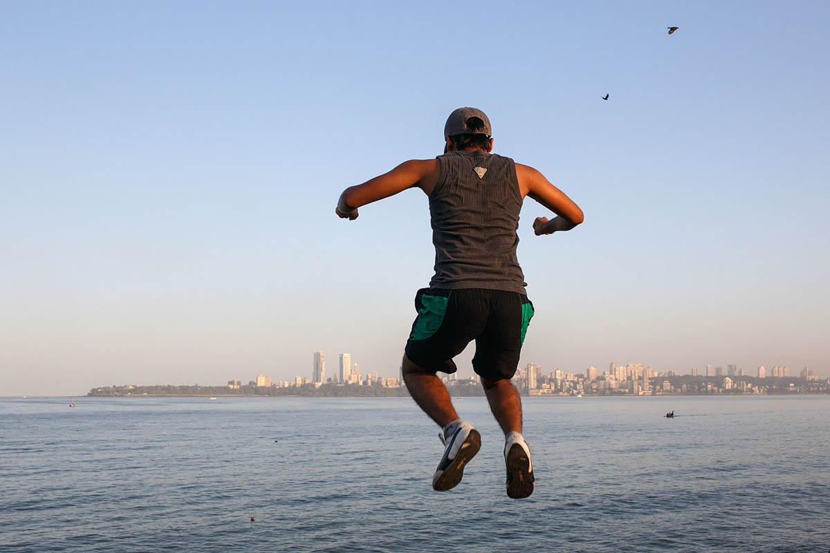 india_mumbai_nariman_point_marine_drive_sea_promenade_morning_exercising_exercise_bombay_jump