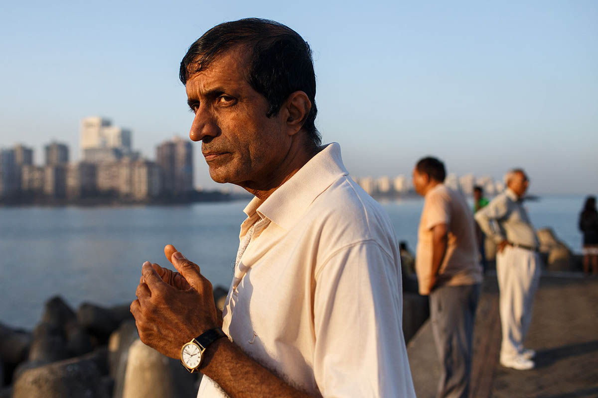 india_mumbai_nariman_point_marine_drive_sea_promenade_morning_exercising_exercise_bombay_portrait