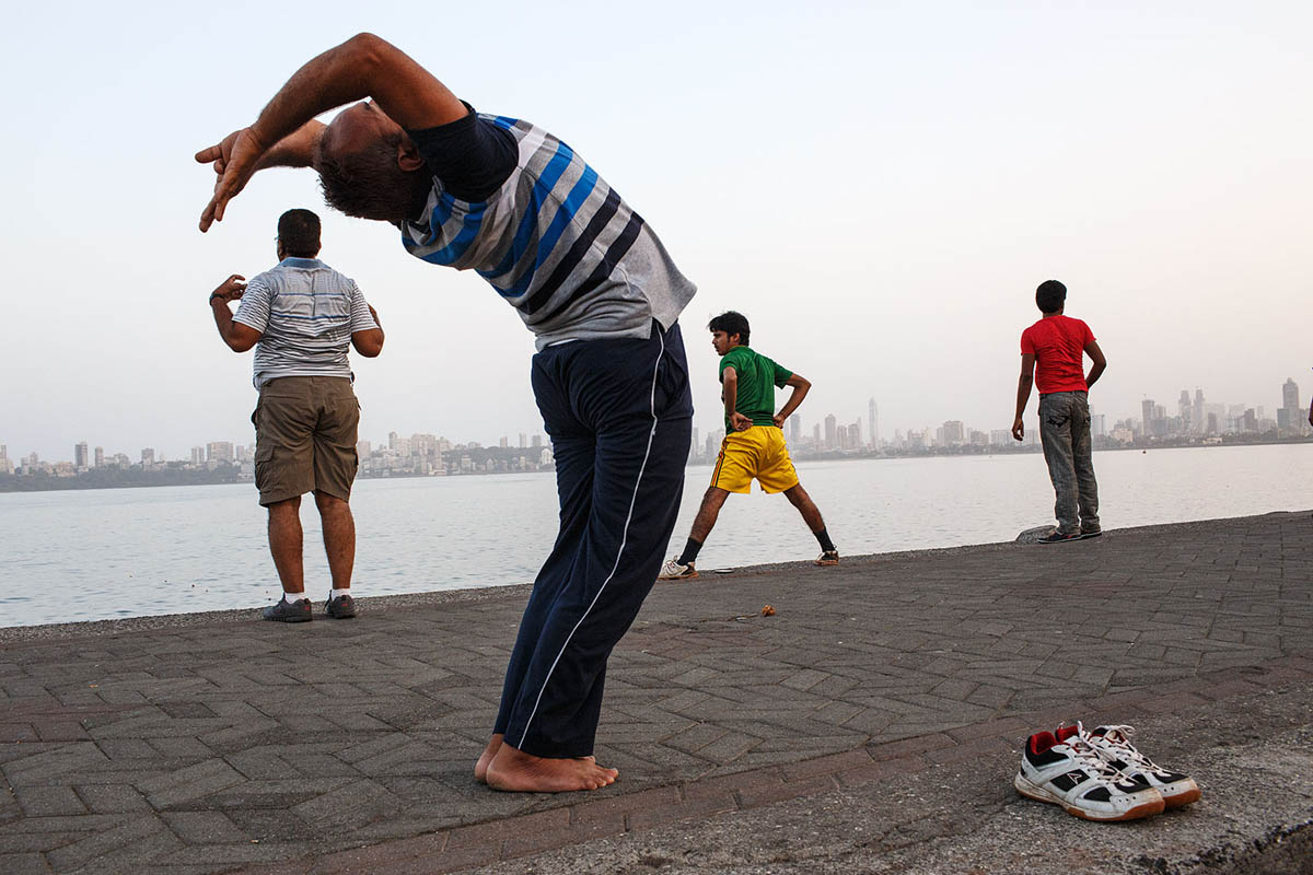 india_mumbai_nariman_point_marine_drive_sea_promenade_morning_exercising_exercise_bombay_stretching