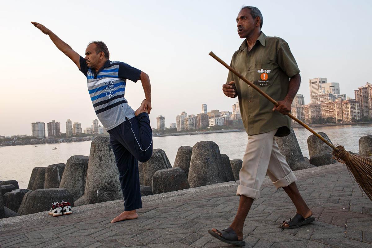 india_mumbai_nariman_point_marine_drive_sea_promenade_morning_exercising_exercise_bombay_yoga_fitness