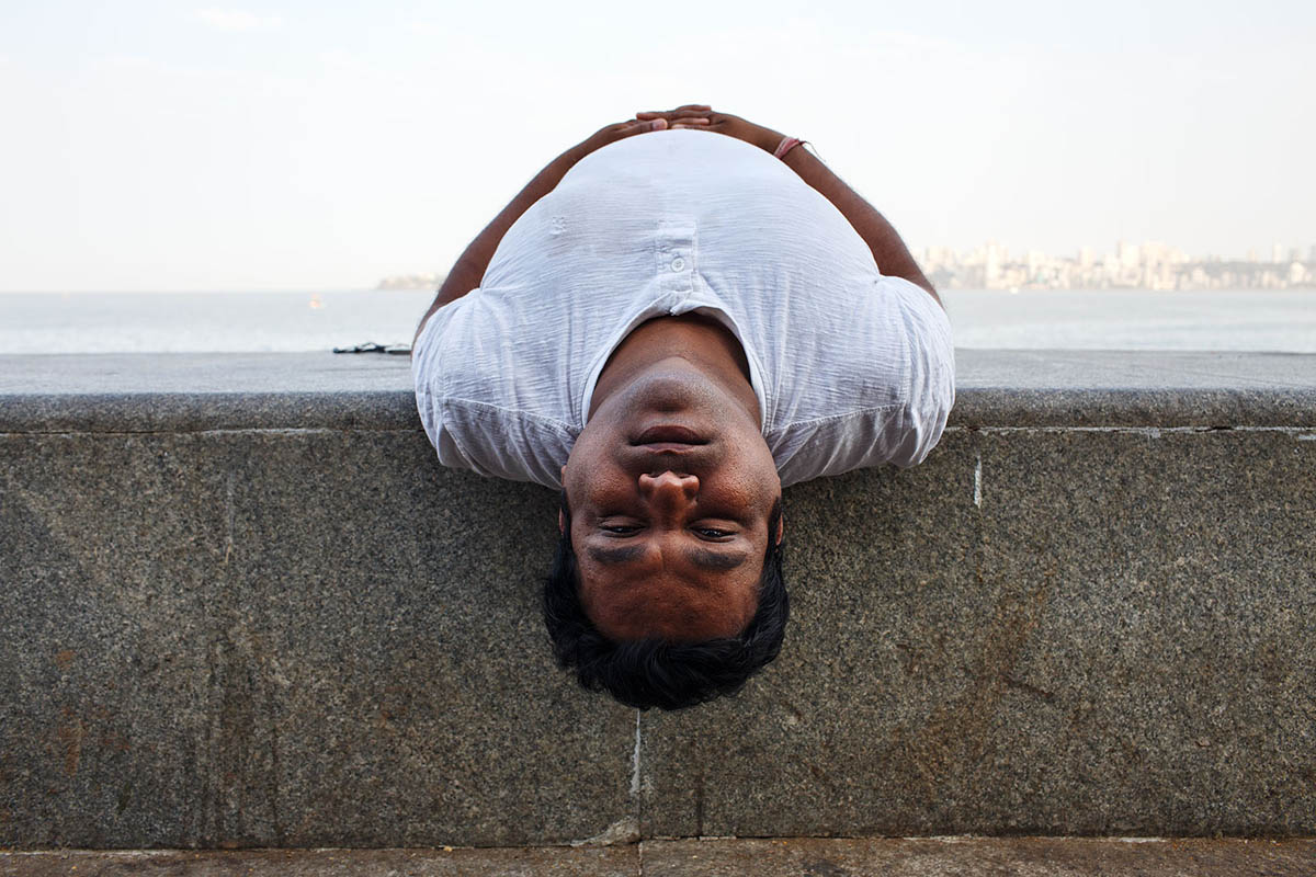 india_mumbai_nariman_point_marine_drive_sea_promenade_morning_exercising_exercise_people