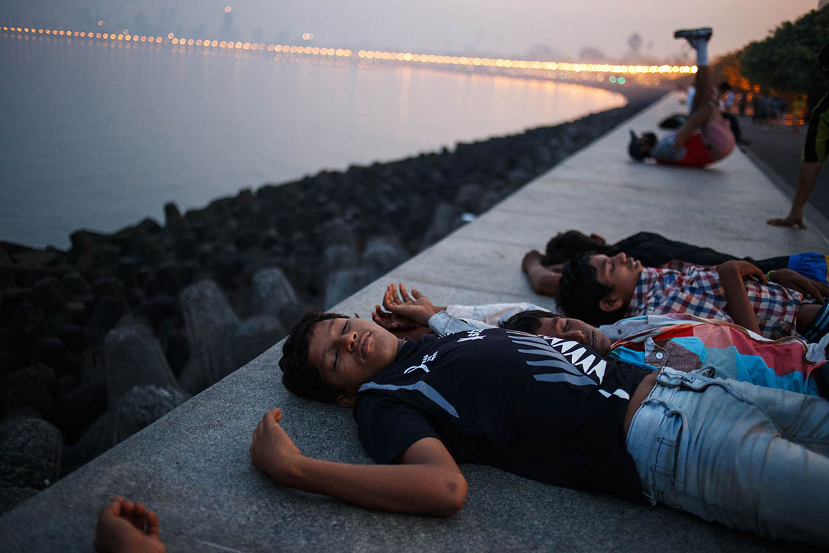 india_mumbai_nariman_point_marine_drive_sea_promenade_morning_people_sleeping