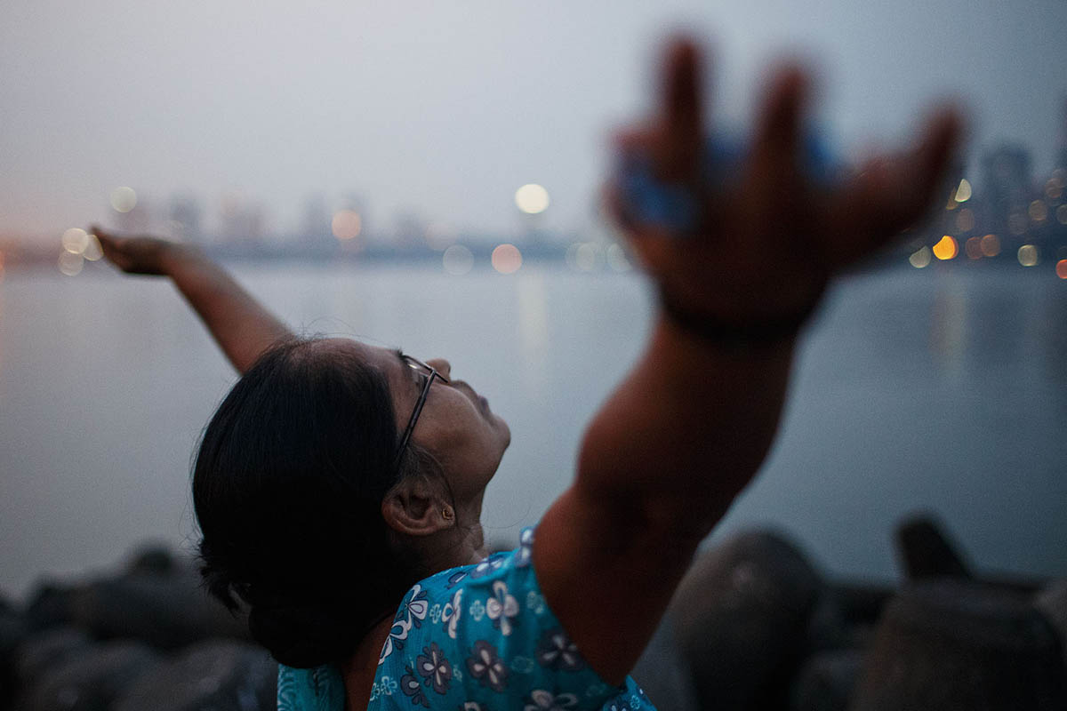 india_mumbai_nariman_point_marine_drive_sea_promenade_morning_prayer_sunrise