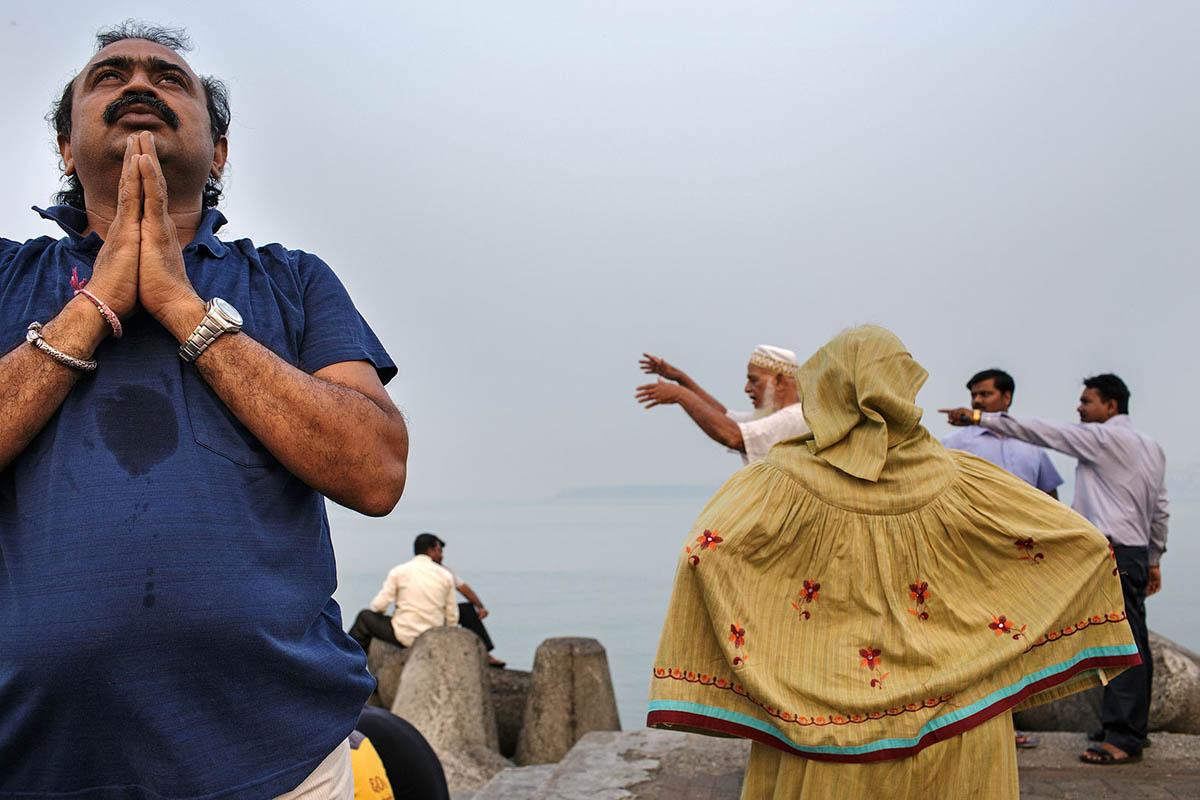 india_mumbai_nariman_point_marine_drive_sea_promenade_morning_yoga_exercise_prayer
