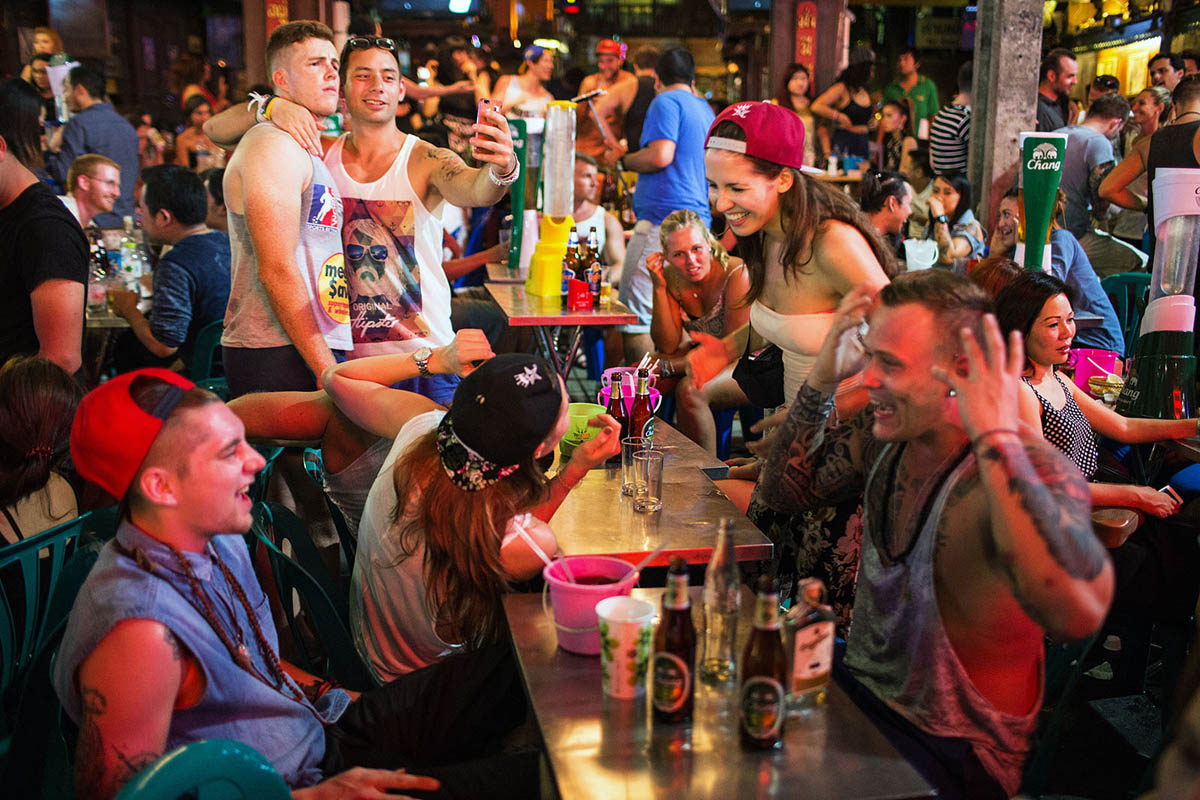 thailand_bangkok_banglamphu_night_nightlife_khao_san_road_khaosan_tourists_bar_party_selfie