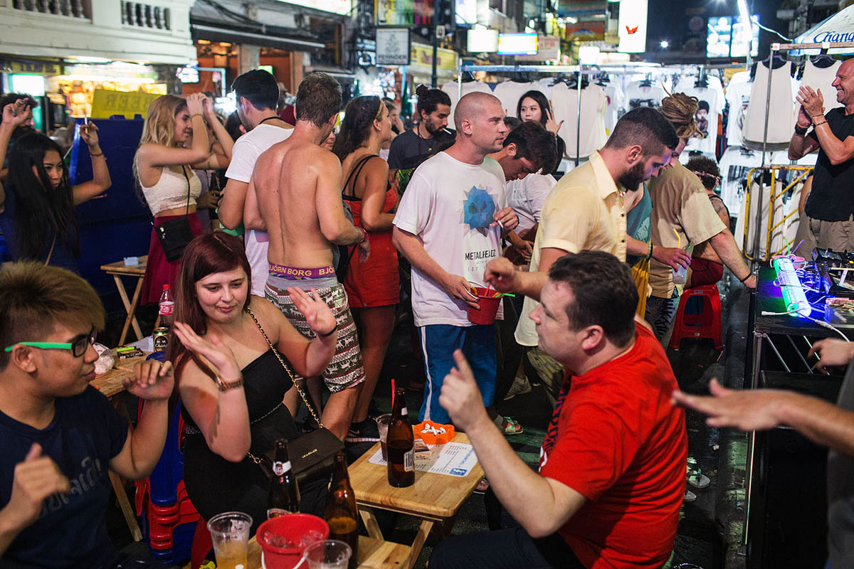 thailand_bangkok_banglamphu_night_nightlife_tourism_khao_san_road_khaosan_bar_street_party_dance_dancing_tourists