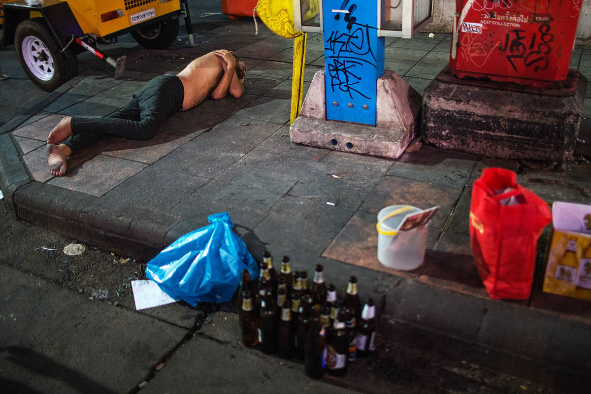 thailand_bangkok_banglamphu_night_nightlife_tourist_alcohol_drunk_sleeping