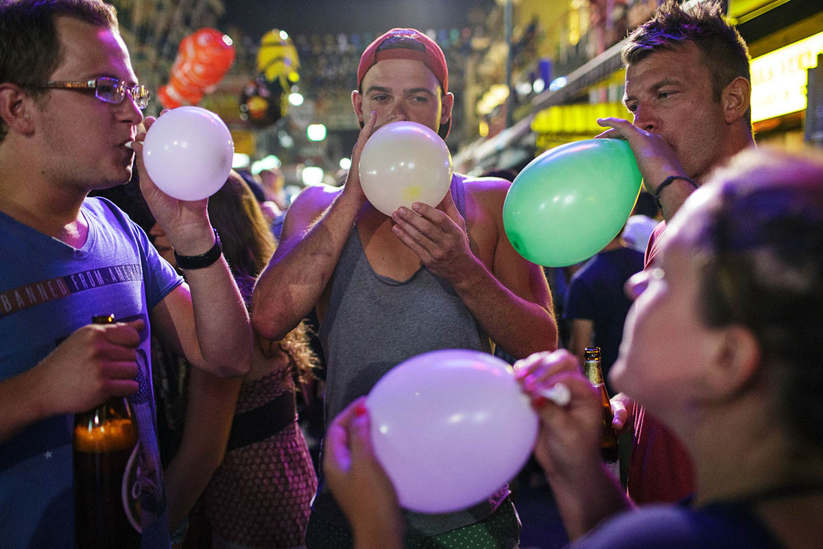 thailand_bangkok_banglamphu_night_nightlife_tourists_alcohol_beer_laughing_gas_baloons
