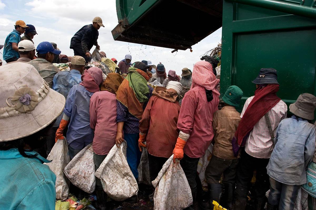 asia_cambodia_phnom_penh_stung_meanchey_garbage_dump_landfill_waste_environment_rubbish_truck