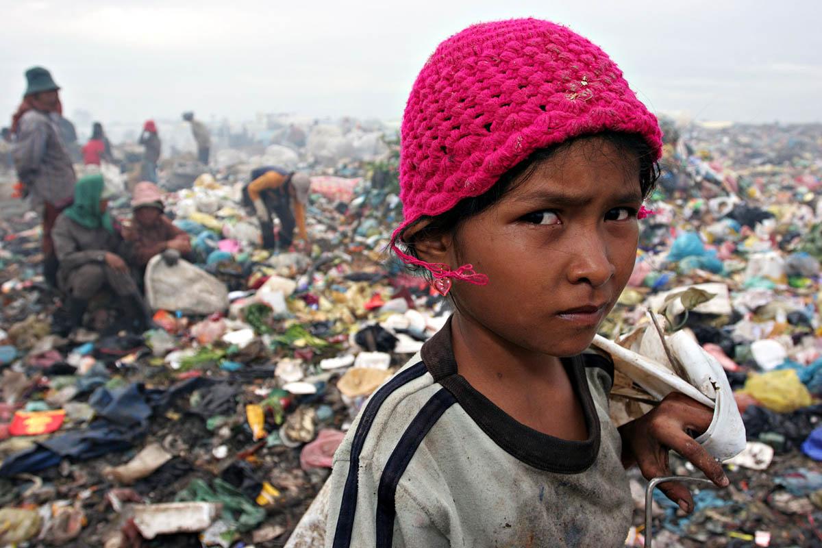 asia_cambodia_phnom_penh_stung_meanchey_garbage_dump_landfill_waste_rubbish_environment_child_labour_portrait