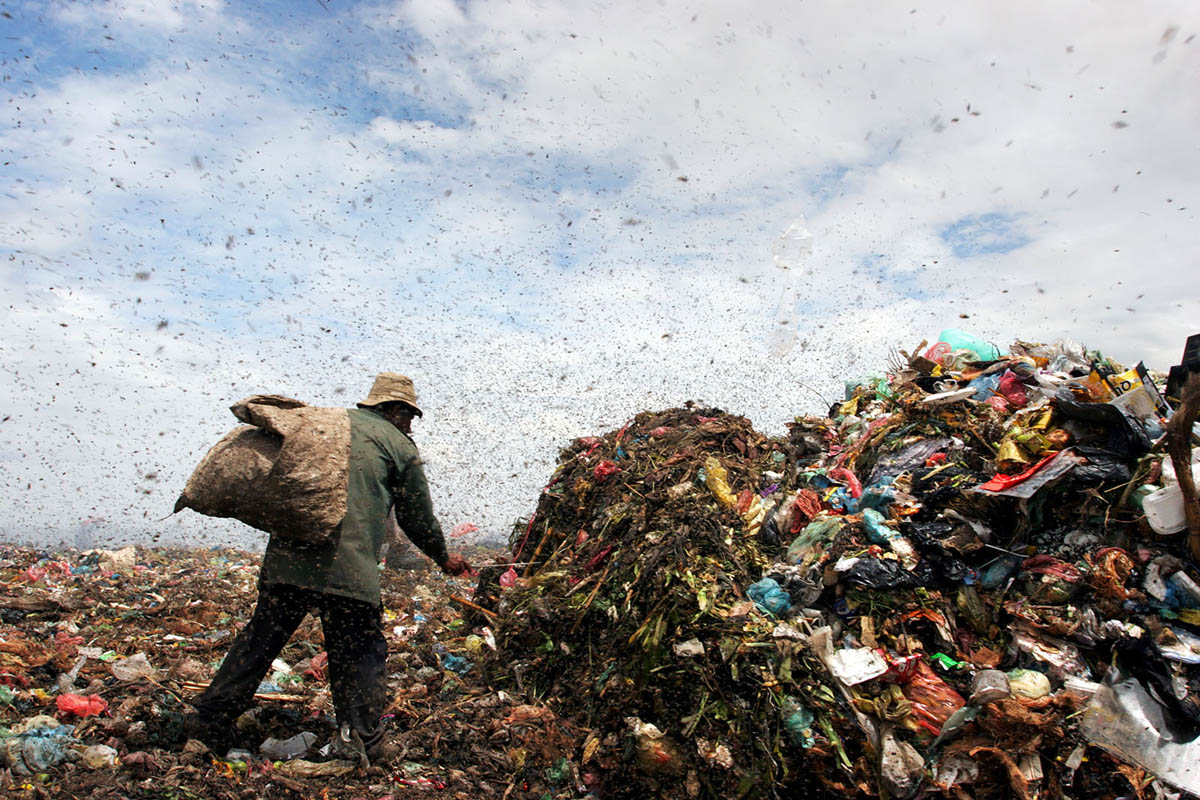 asia_cambodia_phnom_penh_stung_meanchey_garbage_dump_landfill_waste_rubbish_environment_pollution_flies_labour
