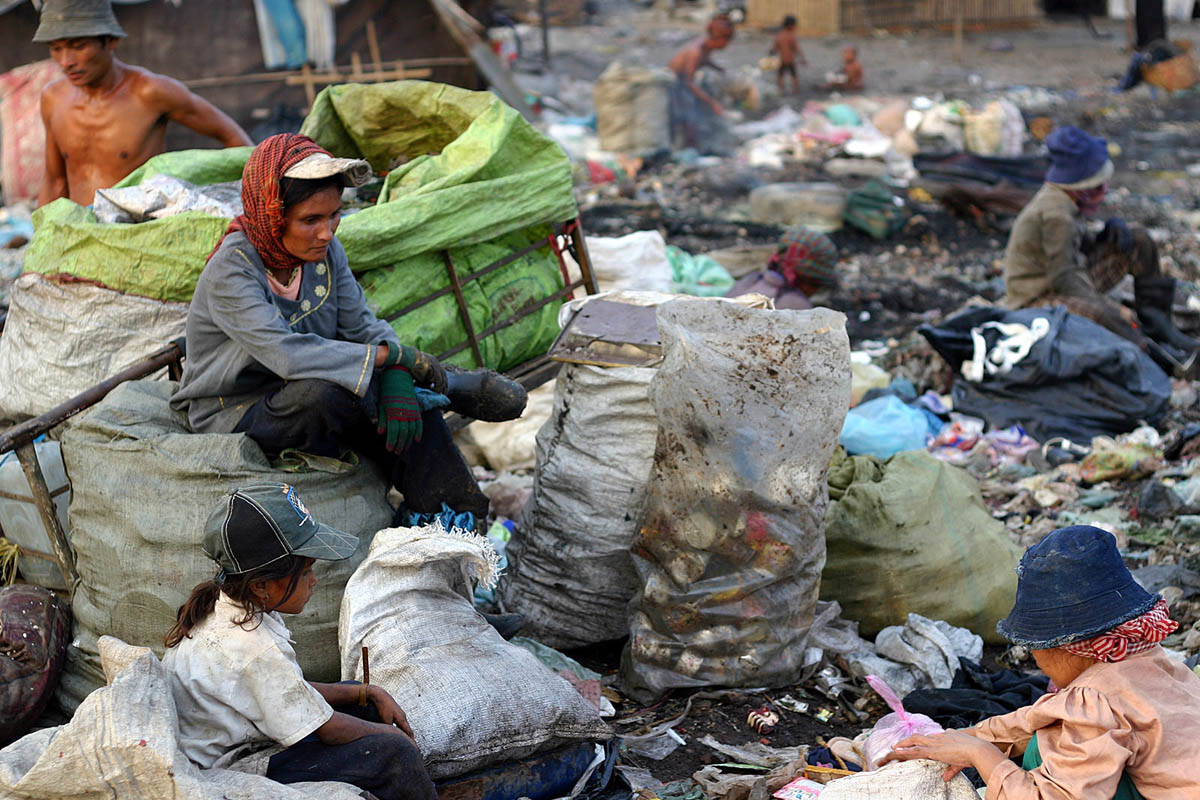 asia_cambodia_phnom_penh_stung_meanchey_garbage_dump_landfill_waste_smoke_children_environment_family_pollution