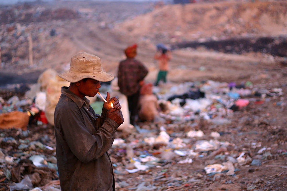 asia_cambodia_phnom_penh_stung_meanchey_garbage_dump_landfill_waste_smoke_children_environment_labour_work_worker