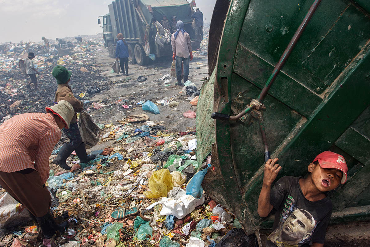 cambodia_phonm_penh_stung_meanchey_garbage_dump_waste_poverty_poor_work_labour_environment_pollution_landfill_children_trucks