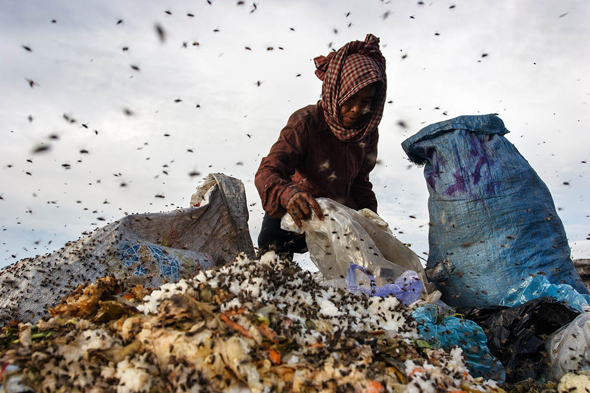 cambodia_phonm_penh_stung_meanchey_garbage_dump_waste_poverty_poor_work_labour_environment_pollution_landfill_woman_flies