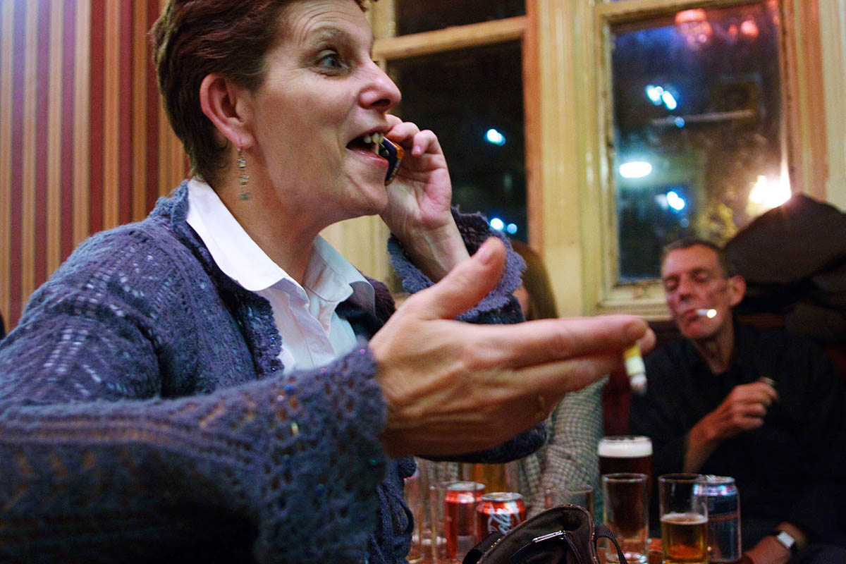 uk_great_britiain_wales_cardiff_people_night_alcohol_pastime_woman_phone