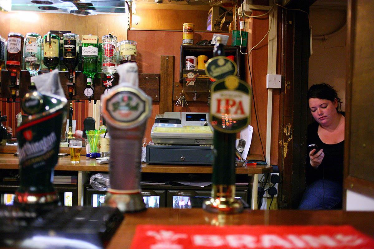 uk_great_britiain_wales_cardiff_pub_social_club_night_bartender_bar