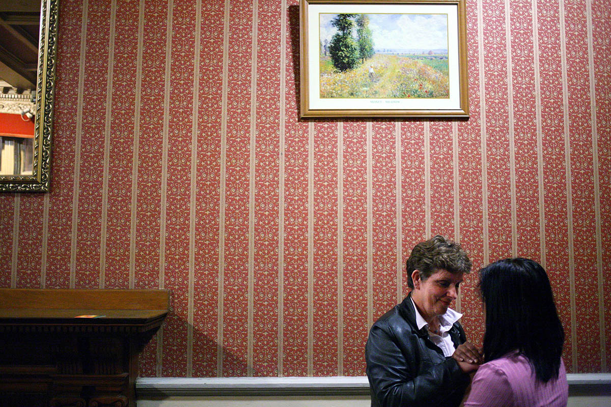 uk_great_britiain_wales_cardiff_pub_social_club_night_women_patrons