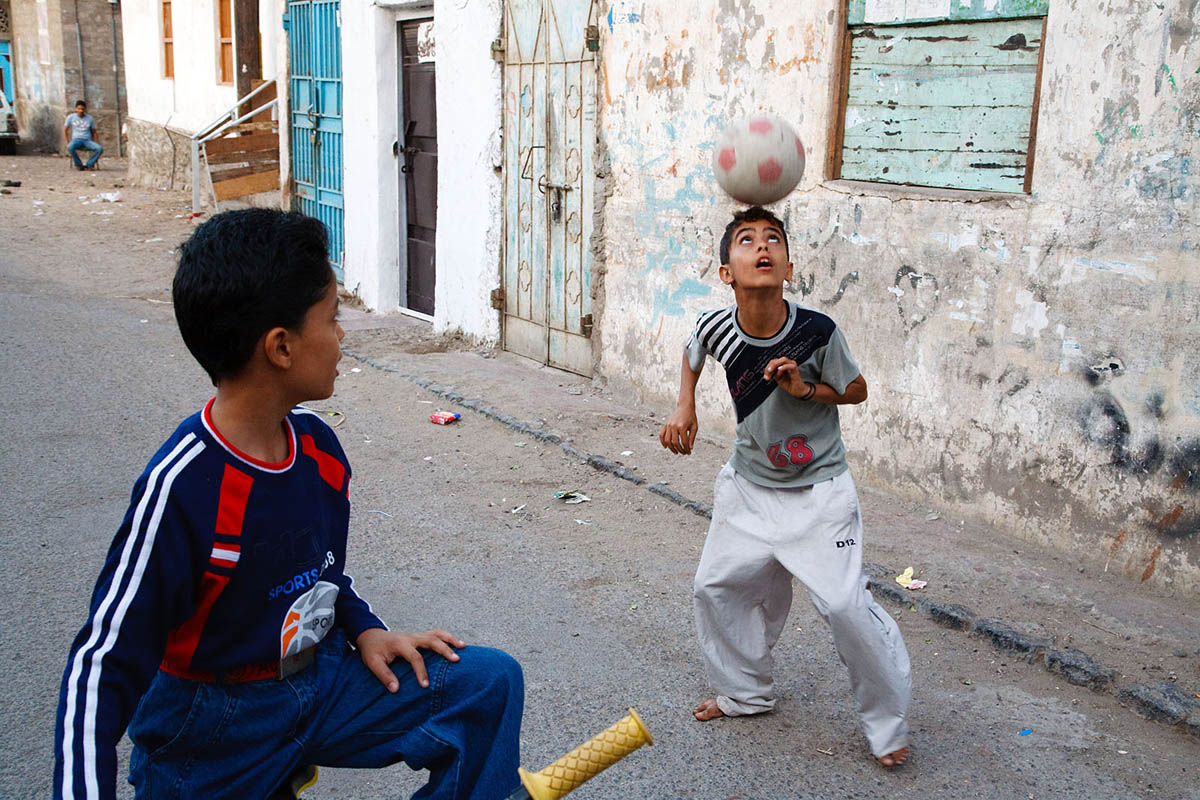 arabia_middle_east_yemen_Aden_city_people_football_ball_sport