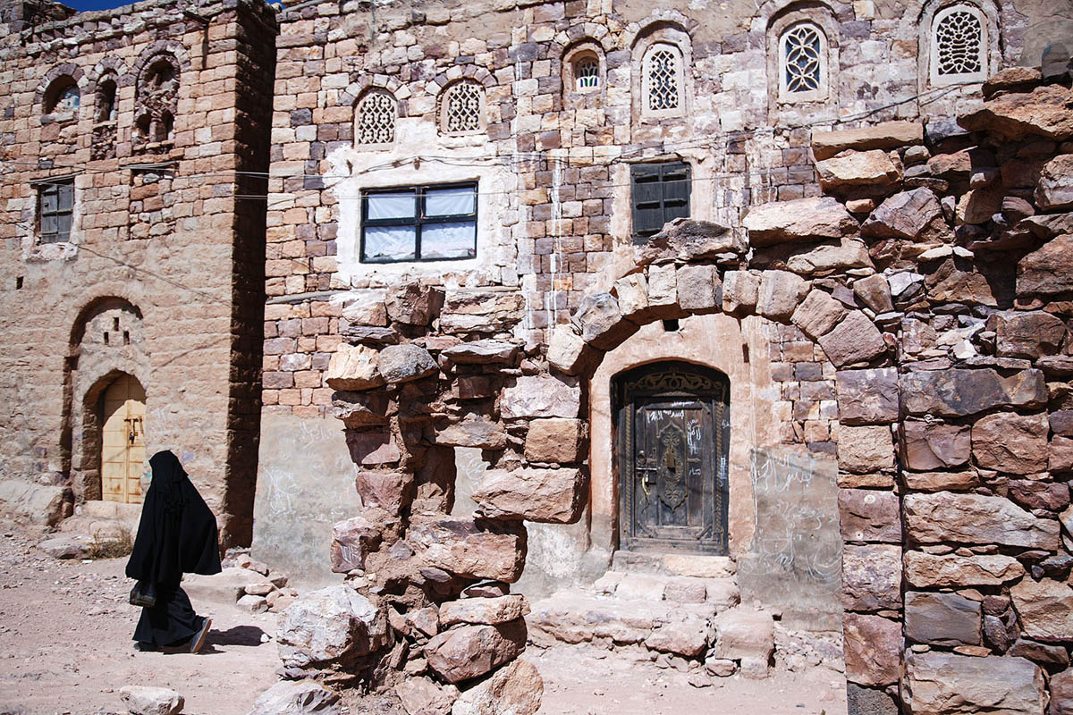 yemen_Kawkaban_old_city_arab_architecture_woman