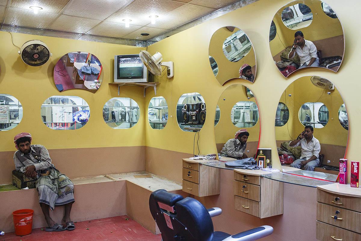 yemen_arabia_aden_barber_hairdresser_mirrors