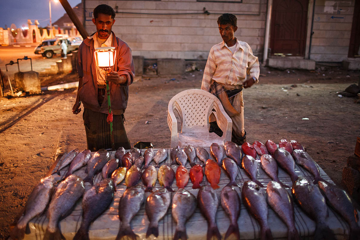 yemen_arabia_aden_fish_market_food_night