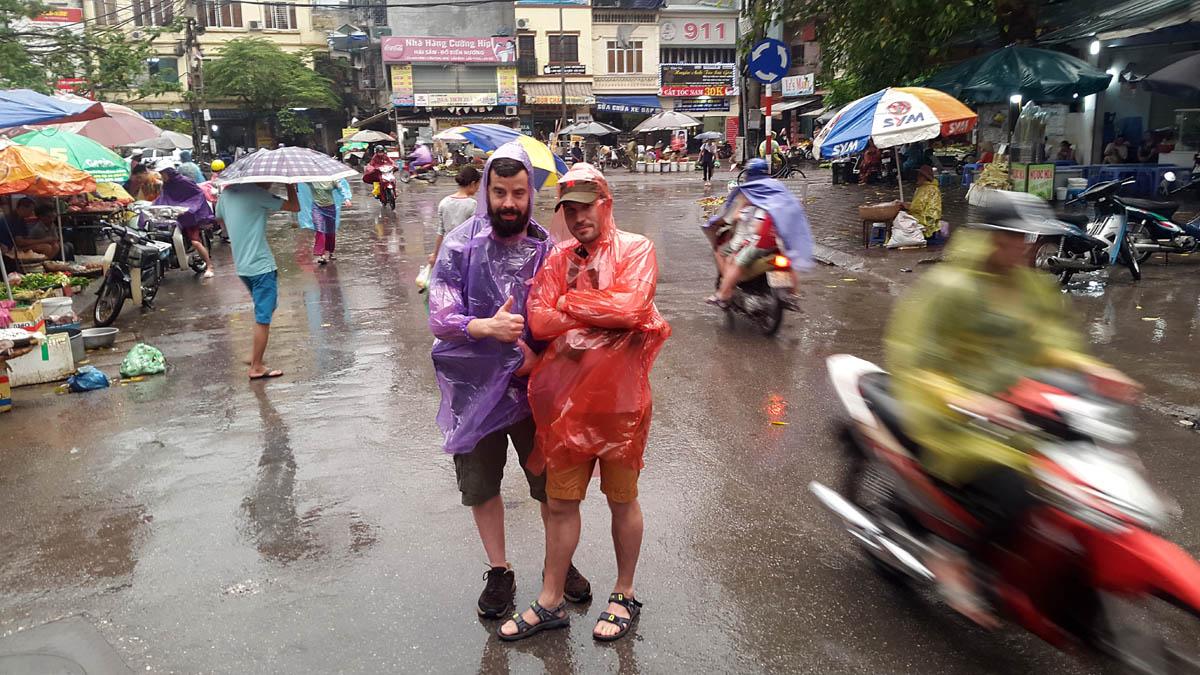 vietnam_hanoi_old_quarter_rain