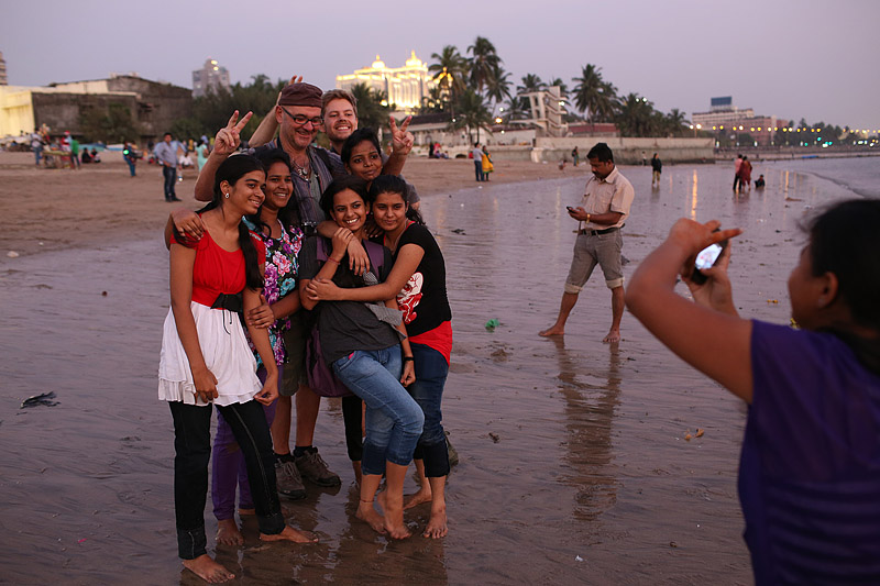 india_street_photography_workshop_group_tour_photographer_mumbai_bombay_alfred_pleyer_girgaum_chowpatty_beach_girls_photo_foreign_tourist